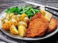 Рецепта Пържени свински шницели от филе панирани в хляб, пармезан и кедрови ядки